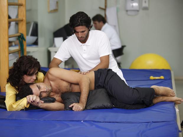 Claudia dá força para Vicente durante fisioterapia (Foto: Aquele Beijo/TV Globo)