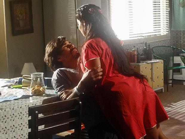 A marajoara quer ir para o Rio de Janeiro com Pedro e não desiste da ideia (Foto: Amor Eterno Amor/TV Globo)