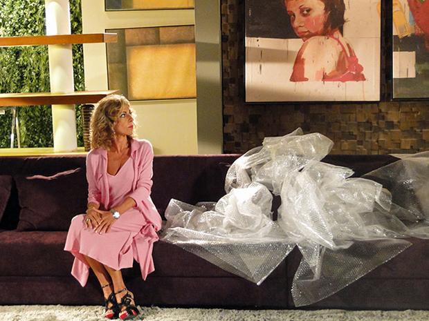 Sozinha e falida, Maruschka é obrigada a deixar sua casa (Foto: Aquele Beijo/TV Globo)
