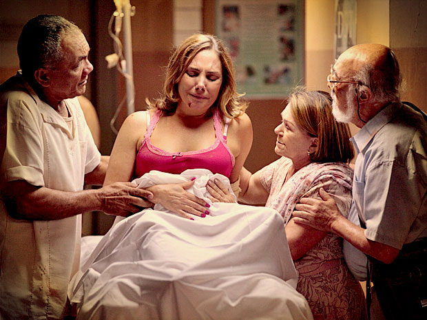Monalisa fica arrasada ao descobrir que perdeu o bebê (Foto: Avenida Brasil/ TV Globo)