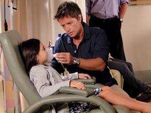 Alejandro é carinhoso com Manuela, sua filha (Foto: Cheias de Charme / TV Globo)