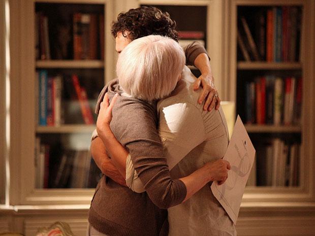 Verbena abraça Rodrigo após confirmar que ele é seu filho (Foto: Amor Eterno Amor/TV Globo)