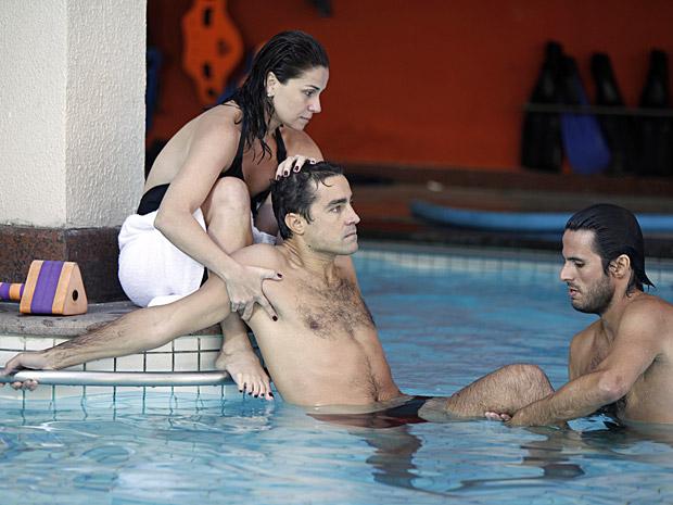 Vicente faz fisioterapia na água e Claudia dá apoio (Foto: Aquele Beijo/TV Globo)