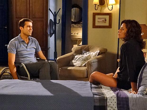 Vicente e Claudia conversam (Foto: Aquele Beijo/TV Globo)