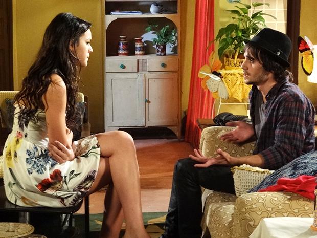 Agenor diz que Belezinha não precisa se preocupar com seu emprego na Quase (Foto: Aquele Beijo/TV Globo)