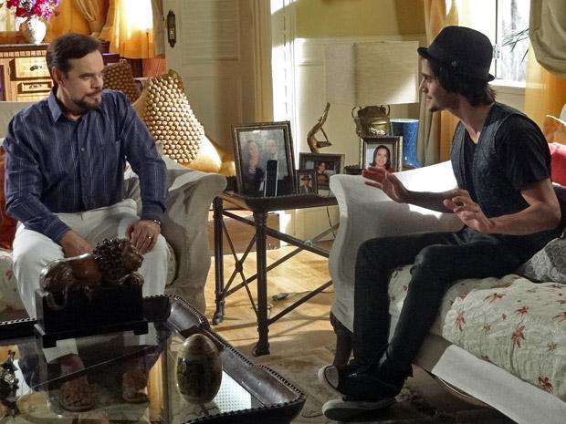 Felizardo conversa com Agenor (Foto: Aquele Beijo/TV Globo)