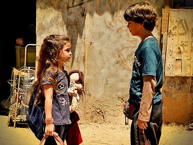 Rita e Batata sofrem ao se despedir e juram amor eterno (Foto: Avenida Brasil/ TV Globo)