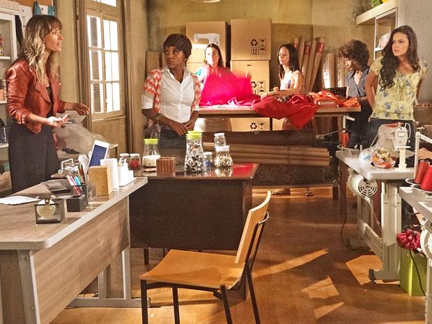 Brigitte reclama com Belezinha (Foto: Aquele Beijo/TV Globo)