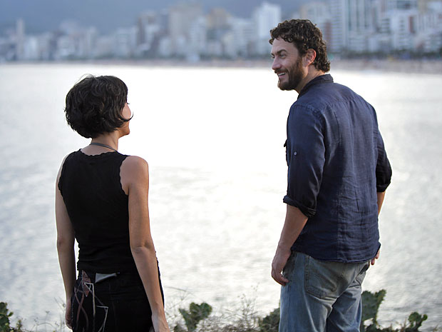 Miriam encontra Carlos na beira do mar (Foto: Amor Eterno Amor/TV Globo)
