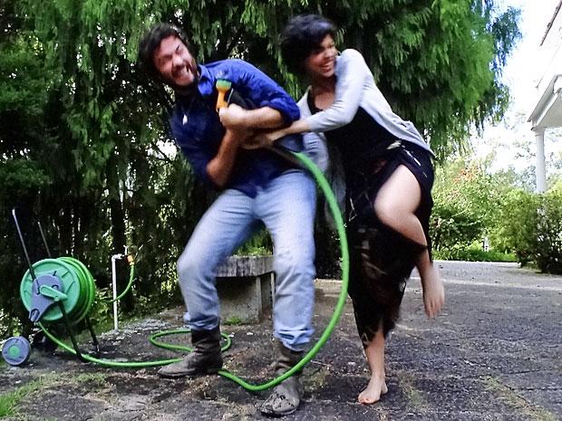 Carlos e Miriam brincam com a mangueira (Foto: Amor Eterno Amor/TV Globo)