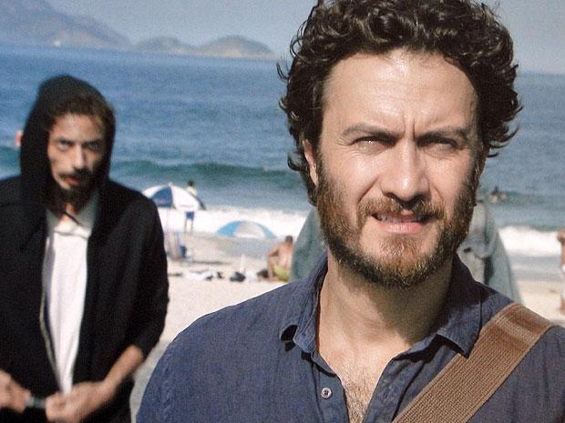 Carlos não percebe a chegada do bandido (Foto: Amor Eterno Amor/TV Globo)