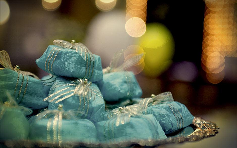 Os bem-casados em embrulhinhos azuis ajudam na decoração