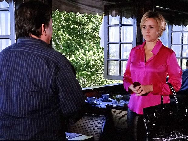 Laura encontra Dimas em um restaurante (Foto: Amor Eterno Amor/TV Globo)