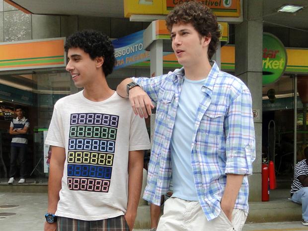 Os dois posam em frente a cidade cenográfica (Foto: Malhação / Tv Globo)