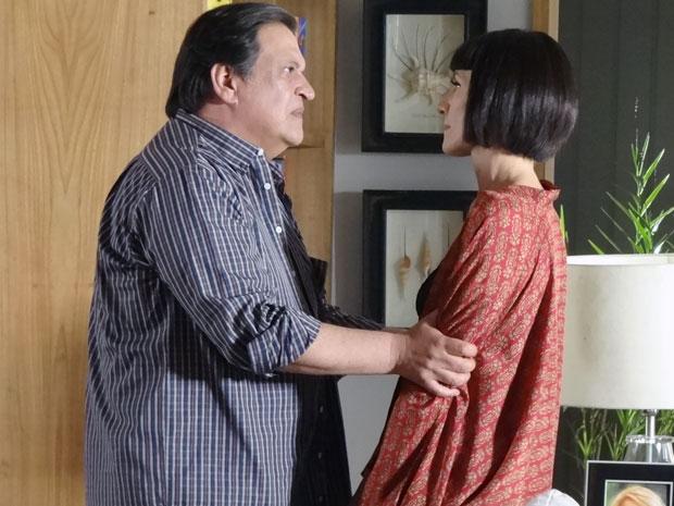 Dimas segura Melissa pelos braços e pede que ela se controle (Foto: Amor Eterno Amor / TV Globo)
