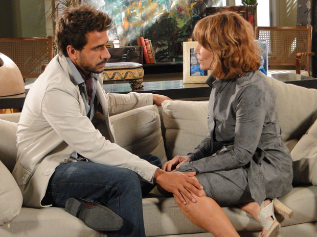 Apaixonado, Enzo ajuda Danielle a reconstruir sua vida (Foto: Fina Estampa / TV Globo)