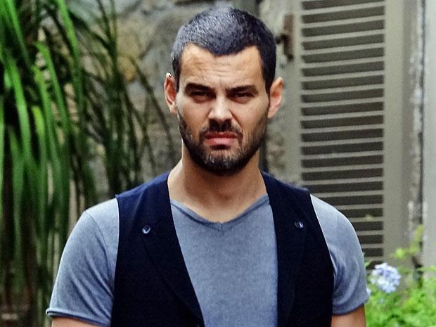Fernando não gosta da cena que vê (Foto: Amor Eterno Amor/TV Globo)