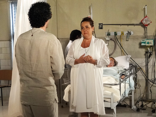Iara conta a Joselito que ajudou Otília a acordar (Foto: Aquele Beijo/TV Globo)