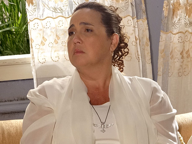 Iara diz que vê cada coisa... (Foto: Aquele Beijo / TV Globo)