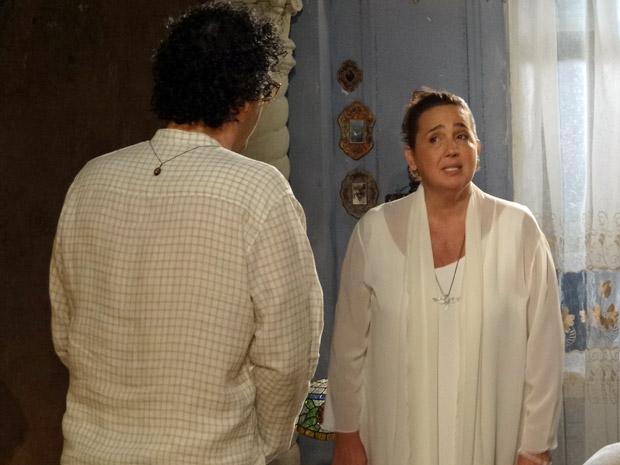 Iara e Joselito conversam (Foto: Aquele Beijo/TV Globo)