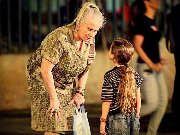 Mas Lucinda a impdede de falar com o jogador sobre Carminha (Foto: Avenida Brasil/ TV Globo)