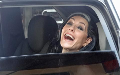 Tereza Cristina ressurge após fuga e debocha de Griselda (Fina Estampa/TV Globo)
