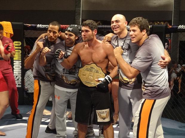 Wallace é consagrado como campeão no último capítulo (Foto: Fina Estampa/TV Globo)