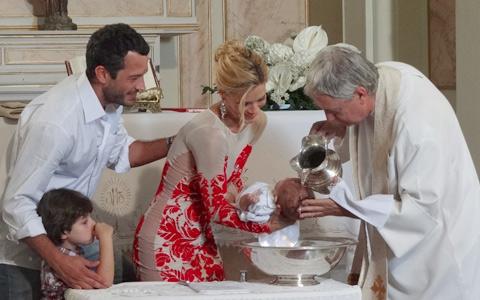 Juntos, Quinzé e Teodora batizam o segundo filho (Fina Estampa/TV Globo)