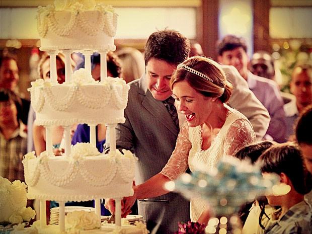 Os dois cortam o bolo após a cerimônia (Foto: Avenida Brasil/ TV Globo)