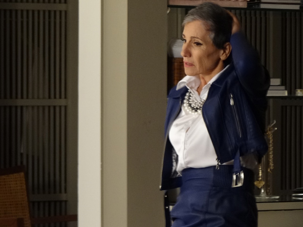 A megera arranca a peruca e mostra os cabelos brancos (Foto: Amor Eterno Amor / TV Globo)
