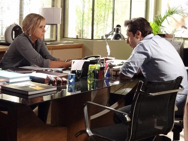 Laura conversa com Gil sobre o encontro que teve com Dimas (Foto: Amor Eterno Amor / TV Globo)