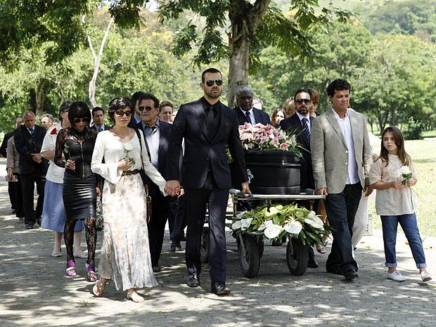 Miriam e Fernando acompanham o caixão de Verbena (Foto: Amor Eterno Amor/TV Globo)