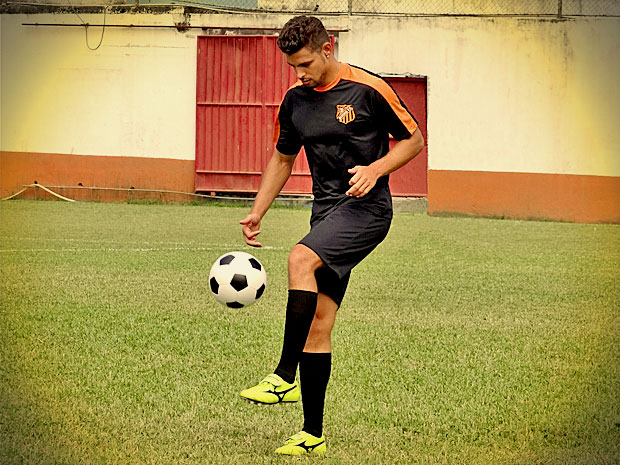 Batata segue os passos do pai adotivo e, com o nome de Jorginho, investe no futebol (Foto: Avenida Brasil/ TV Globo)
