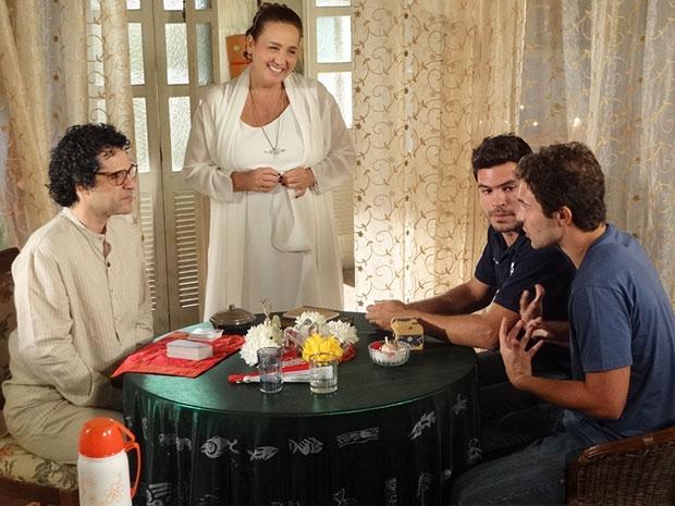 Joselito dá consulta com a ajuda de Iara (Foto: Aquele Beijo/TV Globo)