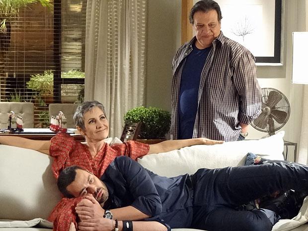Melissa abre um sorriso ao saber que Verbena está perto da morte (Foto: Amor Eterno Amor/TV Globo)