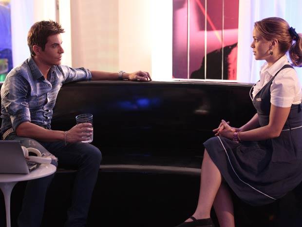 Rosário fica sem ar quando está frente a frente com Fabian (Foto: Cheias de Charme/ TV Globo)