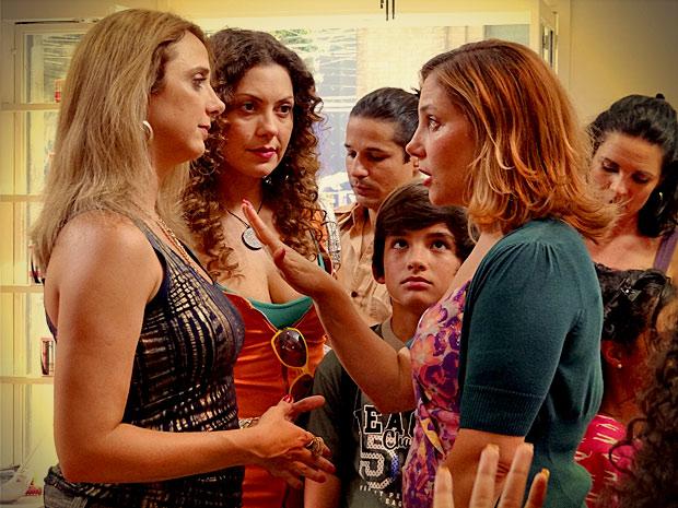 Monalisa pede para Ivana não falar sobre Tufão (Foto: Avenida Brasil/ TV Globo)