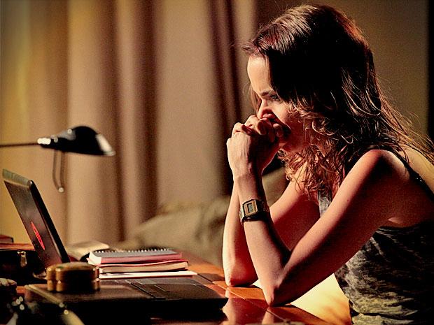 Nina pesquisa a vida de Carminha e sua sede de vingança só aumenta (Foto: Avenida Brasil/ TV Globo)