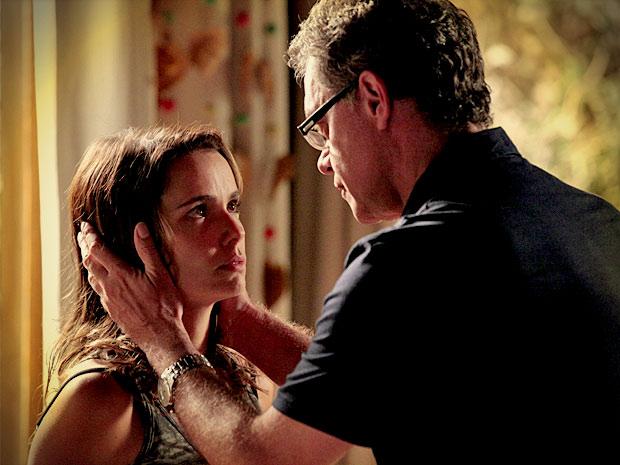 Martín tenta convencer a filha a esquecer seu passado e essa mulher (Foto: Avenida Brasil/ TV Globo)