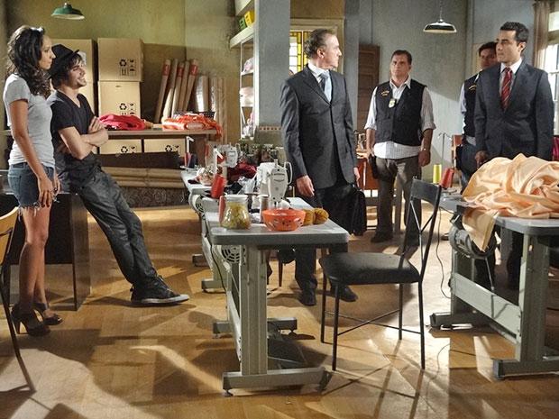 Vicente dá voz de prisão a Henrique (Foto: Aquele Beijo/TV Globo)