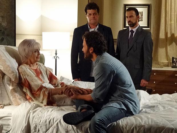 Verbena implora para o filho ficar com a herança (Foto: Amor Eterno Amor/TV Globo)