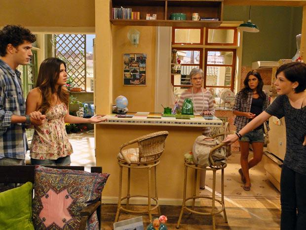 Alexia fica furiosa com o namorado, que defende Cristal (Foto: Malhação / TV Globo)