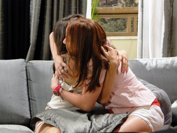 Débora se faz de amiga e diz que não vai contar nada para Laura (Foto: Malhação / TV Globo)