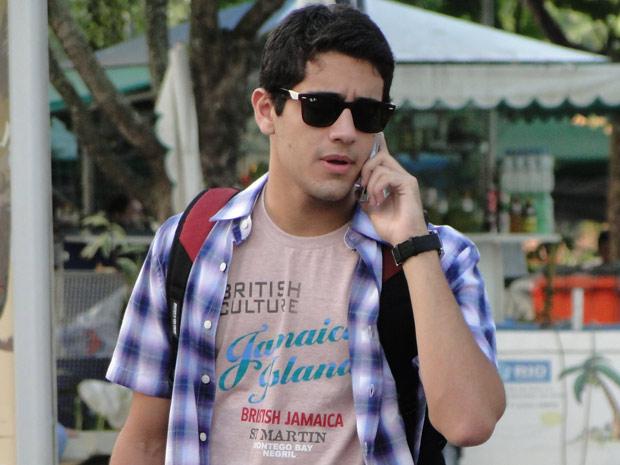 Bruno atende ligação, mas logo diz que está ocupado (Foto: Amor Eterno Amor / TV Globo)