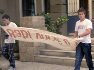 Ziggy diz que a faixa está grande demais e vai sobrar. Betão pede pressa ao amigo (Foto: Malhação / TV Globo)