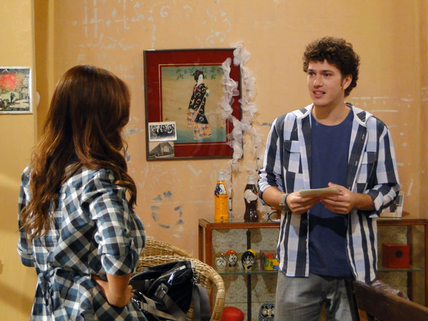 Gabriel conta a Natália que seu filho será homem. Ele fica emocionado com a notícia (Foto: Malhação / TV Globo)