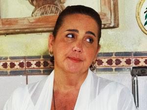 Iara torce pelo casal (Foto: Aquele Beijo/TV Globo)