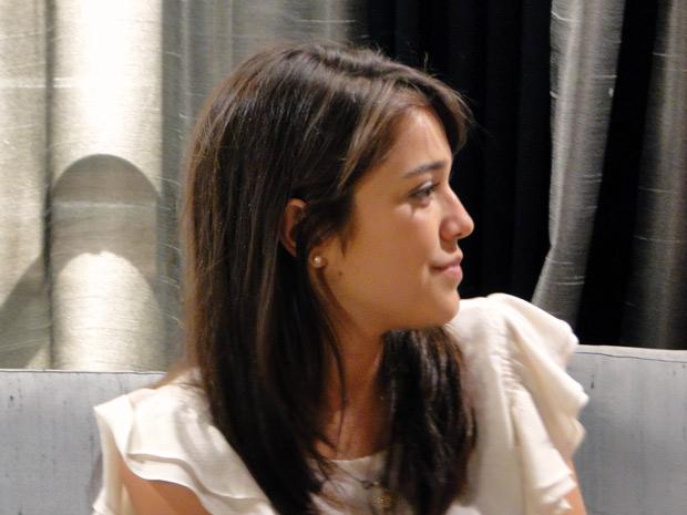 Sem graça, Isabela pede segredo (Foto: Malhação / TV Globo)