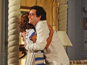 Joselito e Amália se abraçam (Foto: Aquele Beijo/TV Globo)