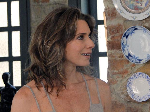 Laura fica surpresa com a proposta do cineasta (Foto: Malhação / TV Globo)